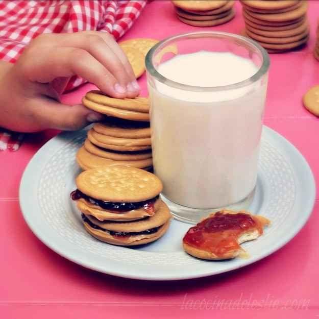 Galletas María con mantequilla de maní y mermelada: