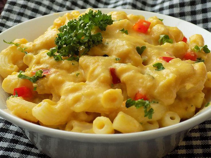 Těstoviny uvaříme ve slané vodě podle návodu. Mezitím nakrájíme cibuli, česnek a zeleninu na drobno.Na másle zpěníme cibuli s česnekem. Přidáme...