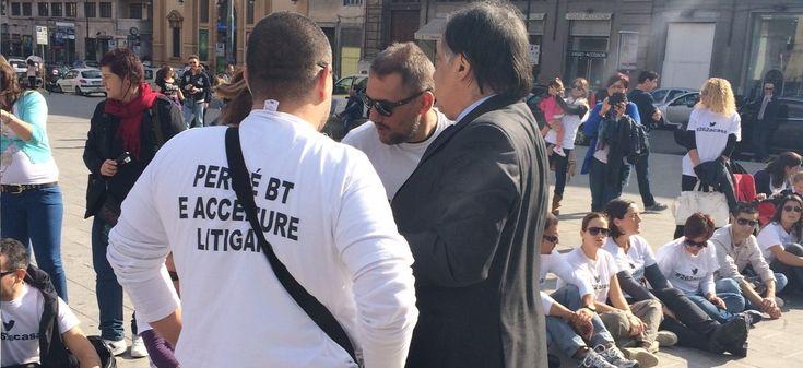 Dopo la notizia dell'avvia delle procedure di licenziamento, i 262 lavoratori del call center di via Ugo La Malfa si sono ritrovati per una protesta pacifica davanti al teatro Politeama. Presente anche il sindaco Leoluca Orlando