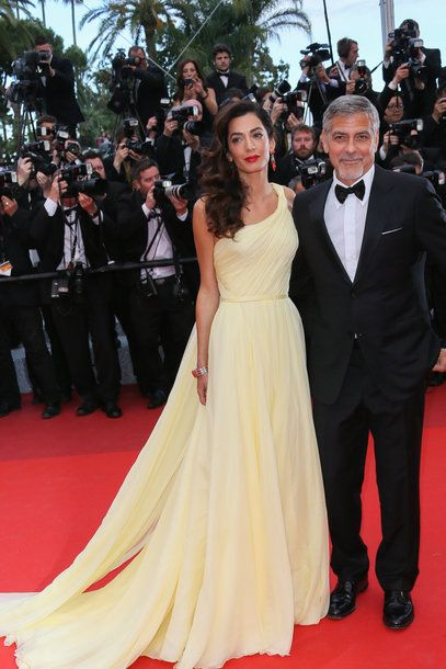 Amal Clooney in Atelier Versace, Schmuck von Cartier in Cannes