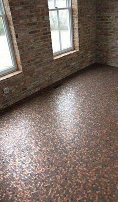 Miles de pequeños peniques de cobre, se utilizaron para cubrir este interesante suelo. Miles de pequeños peniques de cobre, se utilizaron para cubrir este interesante suelo.