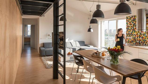 Třípokojový byt v Bratislavě je moderním bydlením dnešní doby. Obešel se bez honosných materiálů a zbytečných kudrlinek. Nejvíc bytu pomohla borovicová překližka a pár kusů jednoduchého nábytku. Nejlepší službu totiž udělá byt, ve kterém jsou nejdůležitější jeho obyvatelé.