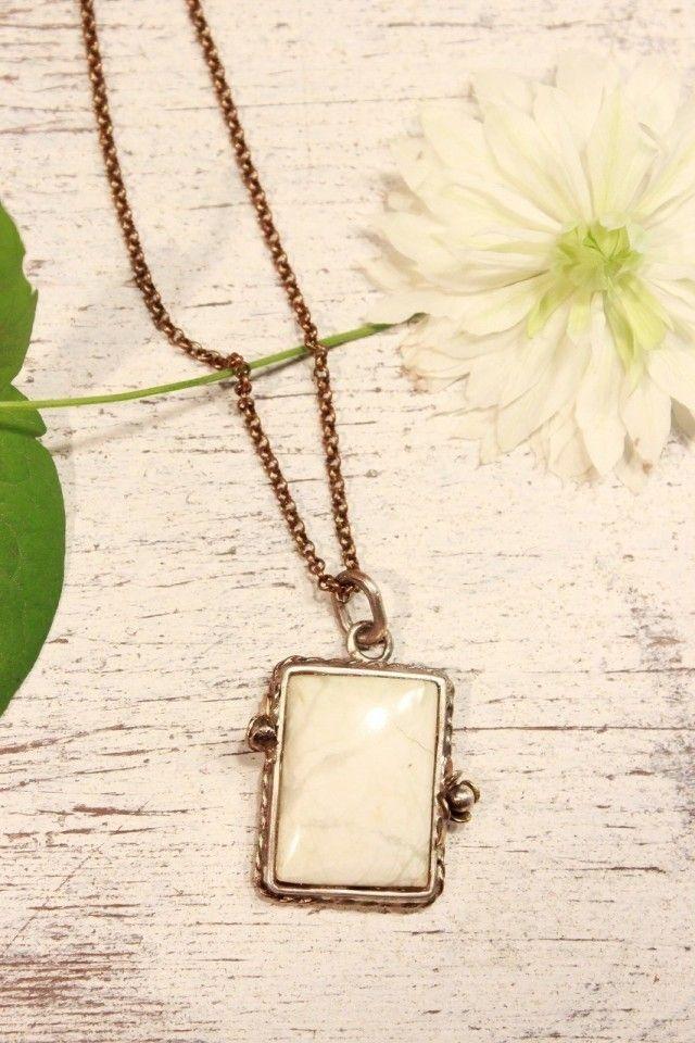 ホワイトアゲートのペンダントです!  上品な白のアゲートがシルバーや真鍮で作った枠におさまっています。 シルバーの花とアンティーク感のある飾りがエレガントな雰囲気です。 細かいところまで、丁寧に作った一点物のジュエリーになります♪ トップのサイズ:縦2.5㎝×横2.0㎝  ホワイトアゲート・シルバー・真鍮 ネックレスチェーン全長50㎝  石の意味 人間関係の結びつきを強める 心身のバランスを整える 精神的傷の修復 家族関係を良くする   ※レターパックプラスは、お箱入れとなり、レターパックライトですとお箱なしとなります。