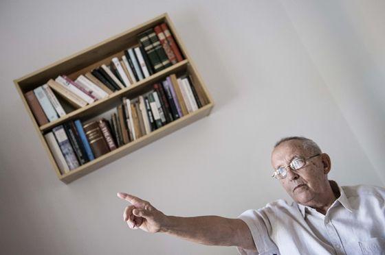 A népszerű pszichológus és író, Vekerdy Tamás mindig is a magyar oktatási rendszer nagy kritikusai közé tartozott, azonban legfrissebb interjújában érezhetően türelme végére ért 80 éves korára. Meglátása szerint a jelenlegi szisztéma egyetlen értelme a spórolás mellett, hogy felülről egyetlen gombnyomásra működjön a rendszer, melyet jelenlegi minőségében egyenesen nemzetrontónak tart.