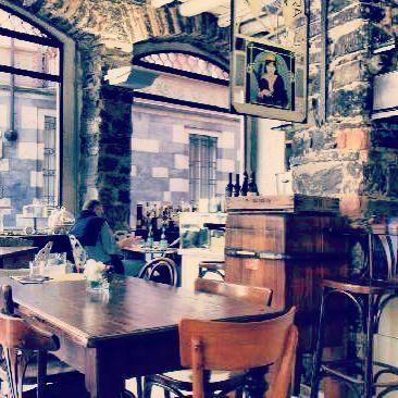 Il Pane e Tulipani è un posticino speciale. Un fiorista che si è evoluto in cafè e ristorante con un fascino tutto suo. Le pareti in sasso, il soppalco in legno, i grandi vasi colmi di fiori, le ampie vetrate, il caminetto.. insomma questo è un angolino da sogno.