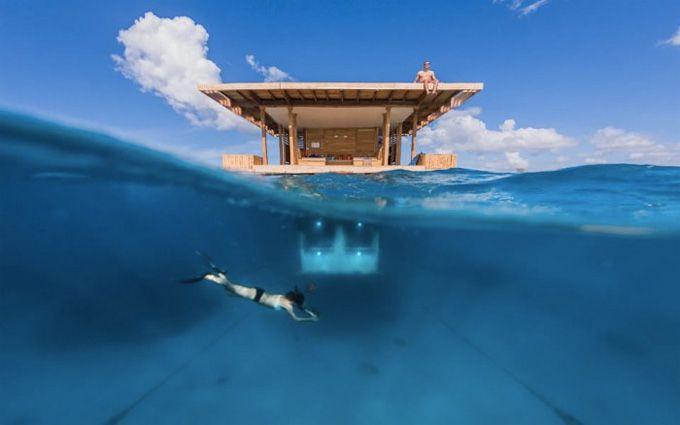 Manta Underwater Room Занзибар Номер представляет собой бунгало, размещенное в Индийском океане, в 250 метрах от берега. Комната имеет надводную и подводную части. В верхней расположилась гостиная, обеденная зона, душ и терраса для принятия солнечных ванн. Ярус под водой заняла спальня, окна которой выглядят как гигантский аквариум с экзотическими обитателями морских глубин. Специально для их привлечения снаружи в бунгало встроены фонари.