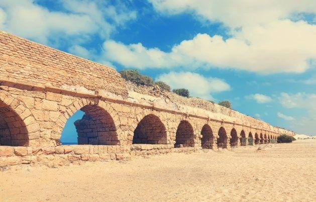 Meer dan 2.000 jaar later staan de Romeinse structuren nog steeds trots te schitteren aan de stranden, terwijl heel wat moderne constructies de tand des tijds niet kunnen doorstaan. Nu hebben enkele wetenschappers het geheim van de Romeinen ontdekt: het mysterieuze recept van hun stenen structuren.