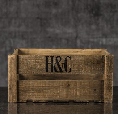 Tøff trekasse i brunt treverk. Super som bokhylle og til oppbevaring av puter, bøker osv.Mål:B58xL45xH26cm