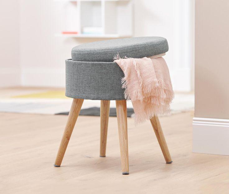 49,95 € Úložný priestor a pohodlné miesto na sedenie  Táto taburetka je nielen šik a slúži ako pohodlné miesto na sedenie, ale pod vekom navyše skrýva praktický úložný priestor. Nohy sú vyrobené z masívneho dreva vo vzhľade duba.