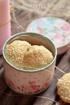 Łatwe herbatniki do zrobienia w mgnieniu oka. Masło, mąka i żółtka. Trochę mleka, tu skondensowanego. Nada się też karmelowe, czyli masa kró...