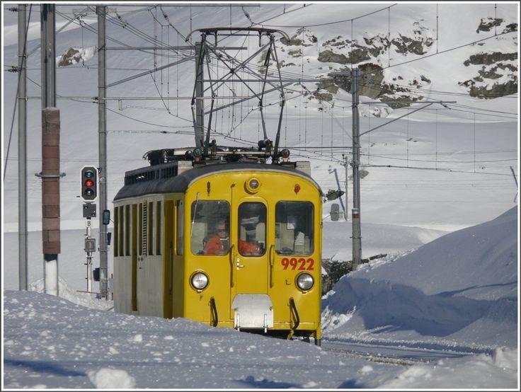 Xe 4/4 9922 arrives in Ospizio Bernina. (12.01.2010)