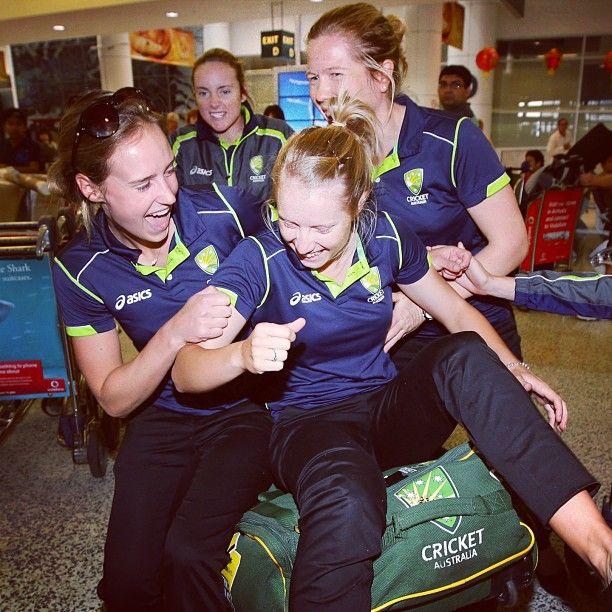 Ellyse Perry, Alyssa Healy & Alex Blackwell arrive in Sydney following their #WWC13 triumph