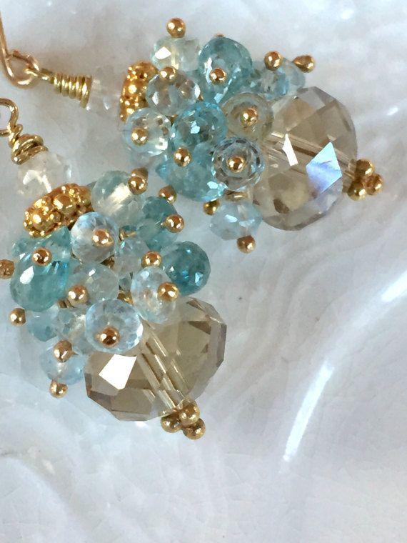Haut de gamme et élégant, les «5th Avenue» boucles d'oreilles sont grandes rondelles facettes champagne citrine, garnies de grappes de larmes bleu zircon et rondelles à facettes topaze bleue. La façon dont ces pierres sont à facettes qui les rend l'éclat de brillance incroyable. Ils sont tout simplement magnifiques! L'or champagne de la citrine semble incroyable jumelé avec les couleurs bleu-Tiffany de la topaze bleue et le zircon. Environ 1 3½ de longueur. ~ tige de remplissage de l'or…