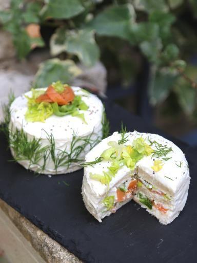 Sandwich cakes indivuels au saumon fumé et aux herbes - Recette de cuisine Marmiton : une recette