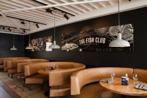 The Forgotten Sense Kijkduin mag er trots op zijn, dit stijlvolle restaurant, afkomstig uit de stal van de inmiddels fameuze HarbourClub keten, ligt op een unieke locatie vooraan de boulevard.De verspringende voorgevel van voorheen 5 boetiekjes is opgeknapt tot een strak en modern restaurant. Door een goede balans in eenvoud, stijl en sfeervolle verlichting heeft DEP er aan bijgedragen dat deze zaak een geheel eigentijds karakter heeft gekregen, een verrassende combinatie van stoer en…
