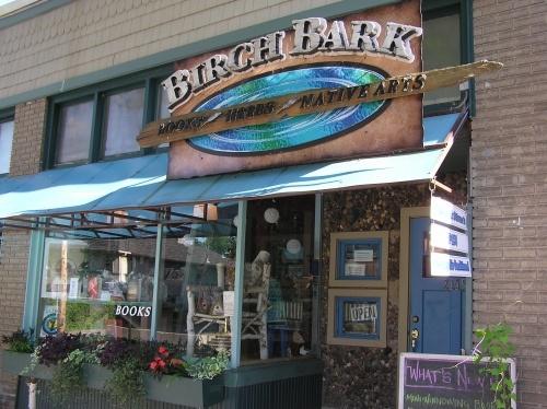 """""""Birch bark"""" (écorce de bouleau en langue ojibwe, peuple amérindien qui utilisaient cette matière comme support de leurs écrits et peintures) est la librairie que tient la romancière amérindienne Louise Erdrich à Minneapolis."""