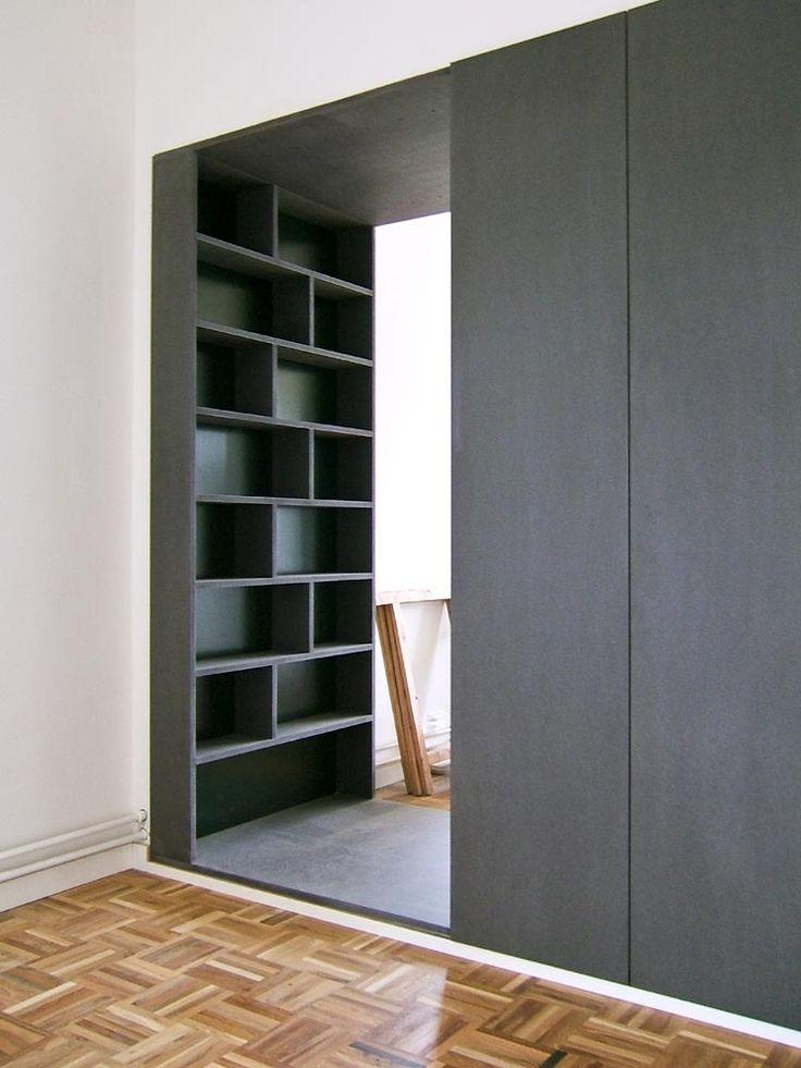 Slimme scheidingswand tussen woon- en slaapkamer. Aan de woonkamerzijde een boekenkast met diepe vakken, aan de slaapkamerkant een ruime garderobekast met greeploze deuren. In de doorgang naar beide kamers een ondiepe vakkenkast.| Proper | meubel- en interieurontwerp