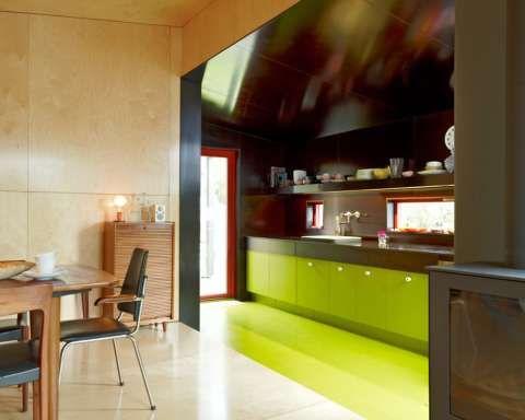 RETRO: Kjøkkenet er kledd med forskalingsplater og har Ikea-innmat. Hytta har hjerte for 60-tallet både utvendig og innvendig. Gulv på kjøkkenet har fargekode: S3060 G70Y og veggen på kjøkkenet er forskalingsplate; RB045 S242,5