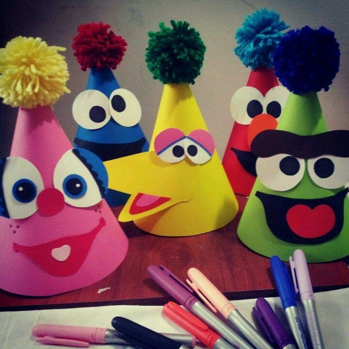 Personaliza los gorros con Elmo y sus amigos para los invitados a la fiesta. #FiestasInfantiles #DecoracionFiestas