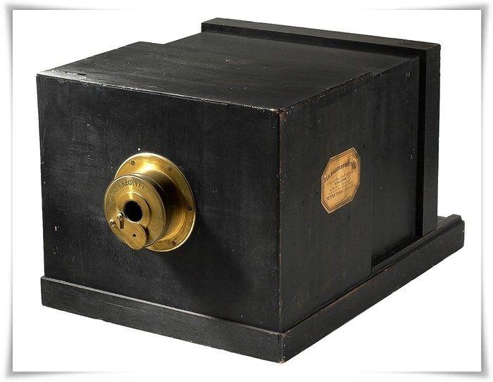 Louis Daguerre recebeu apoio do governo francês e disponibilizou todo o seu trabalho de forma pública para pesquisa. Desta parceria surgiu o daguerreótipo, uma espécie de máquina fotográfica bem primitiva (imagem acima). Este foi o primeiro método de captura de imagens comercializado em escala e, portanto, marca o início da era da fotografia no mundo. Obviamente, na época, essa invenção ficou limitada a um público bem rico e entusiasta; ao contrário do que acontece hoje, ninguém poderia pr