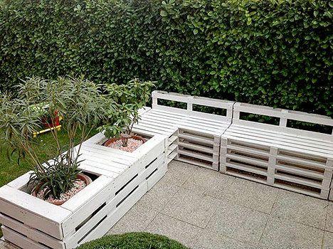 Z dřevěných přepravních palet můžete vyrobit i zahradní posezení, které pro větší pohodlí doplňte polštáři; the owner builder network