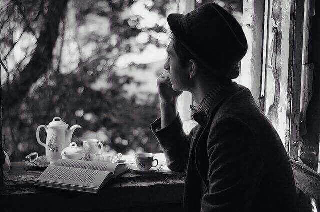 Hani bazı  insanlar vardır ya aşk denilince susar,sustukça çay içer...her türküde bir of çeker. Hani bazı insanlar vardır ya,ne yaşarsa kendi içinde yaşar,kimseye belli etmez rengini ve derdini.İşte onlar için yanlızlık bir yaşam şekli değildir,sadece bir duruştur.  -Uğur Gökbulut