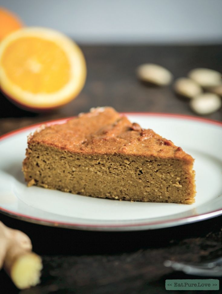 Deze smeuïge sinaasappel taart doet het goed als dessert, maar ook bij een kop thee. De sinaasappels zorgen voor een bitterzoete smaak en maken de taart heerlijk zacht. Ik vind het verrassend dat je sinaasappels volledig kunt gebruiken. Dus gewoon met schil en al in de keukenmachine! Zorg wel dat je dan biologische sinaasappels gebruikt, zodat je zeker weet dat je glanzende sinaasappelschil niet met een wax behandeld is.
