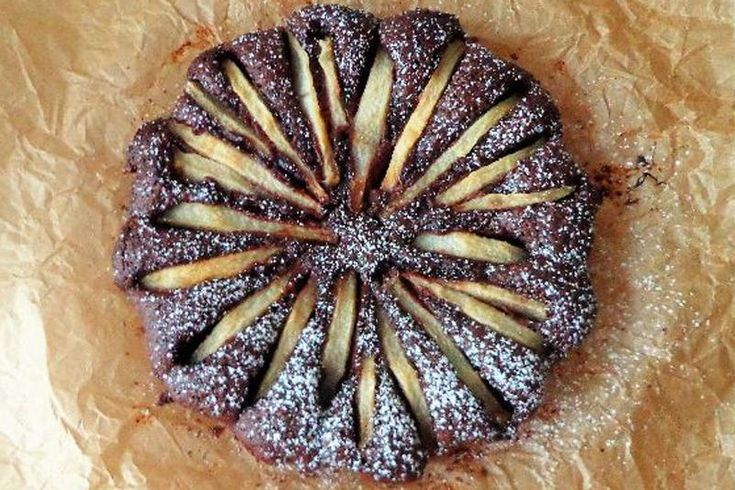 La torta con mandorle, cioccolato e pere senza glutine è un dolce che si prepara in poco tempo ma che saprà conquistare tutti con la sua consistenza cremosa. Ecco la ricetta