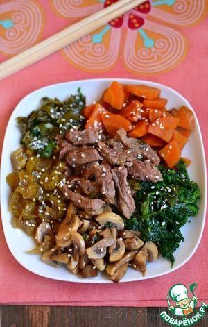 Свинина с грибами и овощами по-японски:  Свинина (можно заменить говядиной) — 500 г  Морковь — 2 шт  Шампиньоны — 200 г  Сельдерей черешковый — 3 шт  Лук зеленый — 1 пуч.  Шпинат — 200 г  Соевый соус — 1/3 стак.  Вода — 1/2 стак.  Сахар коричневый (больше/меньше по вкусу) — 2 ст. л.  Кунжут — 1 ст. л.  Масло растительное — 2 ст. л