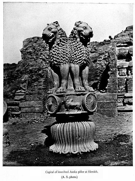 Le pilier d'Ashoka - Lions, symbole du Dharmacakra (la roue de la loi), et base du pilier en forme de lotus - Sārnāth, dans l'État indien de l'Uttar Pradesh - Photographie publiée en 1911.