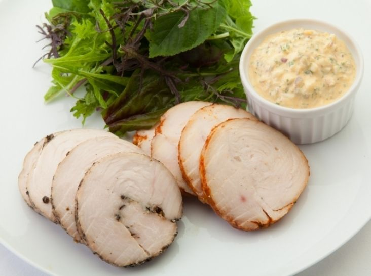 神明鶏のしっとり胸肉ハム - 生井 祐介シェフのレシピ。鶏肉には前日からソミュール液に浸けて、味をしみこませます。 お肉をしっとりさせるポイントはゆっくり火を入れること。沸騰したお湯にお肉を入れたら火を止めて余熱で火を入れましょう。