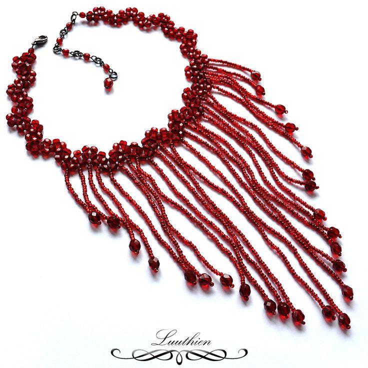 Dancing Lady Red - náhrdelník Náhrdelník je zhotoven podle vlastního návrhu technikou šití z broušených korálků a rokajlu. Veškeré použité kovové komponenty jsou v úpravě antracit. Délka náhrdelníku: 34 cm (pomocí řetízku možno prodloužit až na 41,5 cm) Délka nejdelšího přívěsku: 13 cm  K náhrdelníku se hodí do sady tento náramek a náušnice:  Tento ...
