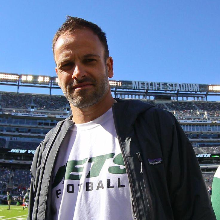 ❦ elementarystan: Jonny Lee Miller at the Jets vs Patriots game at MetLife Stadium (Oct 20)