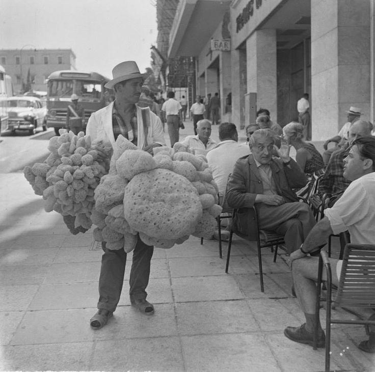 12/08/1963. Πωλητής σφουγγαριών στην οδό Όθωνος στη πλατεία Συντάγματος.