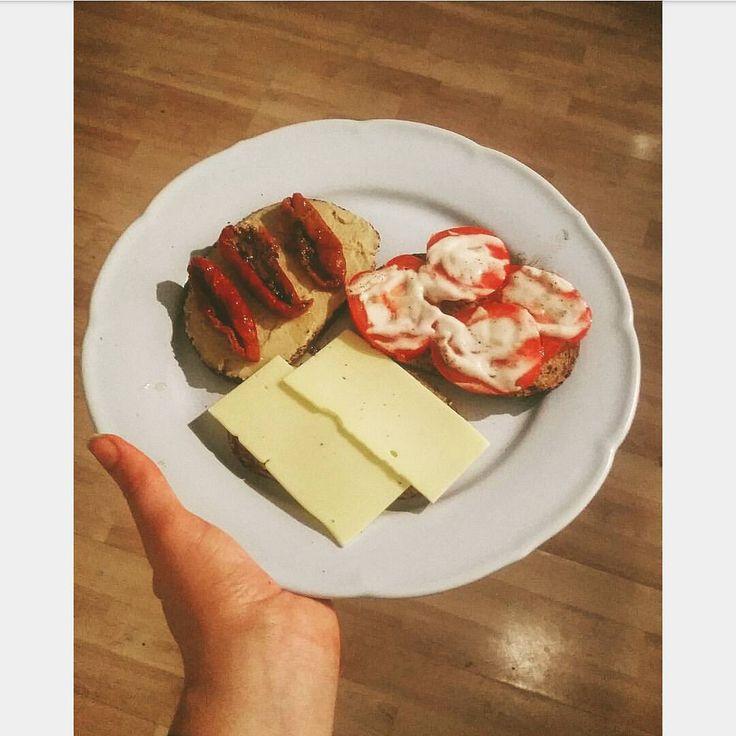 ☆RUGBRØDSMADDER☆  Helt almimdelige kedelige rugbrødsmadder er også noget man kan spise til aftensmad som glutenfri veganer.. På min tallerken har jeg mig en mad med tomat, ris-mayo, salt og peber, en med peberfrugt og oliven smørrepålæg fra levevis, samt Wilmersburger ost, og til sidst en med lidt citronsaft, kikærte smørrepålæg fra levevis og soltørrede tomater. Det glutenfrie brød er købt i Meny.  via ✨ @padgram ✨(http://dl.padgram.com)