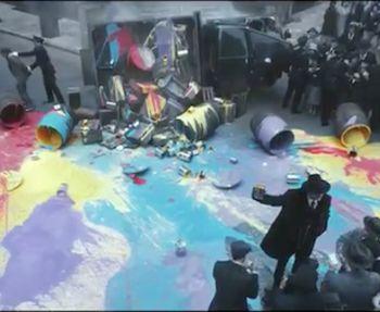 ¿Se imaginan un mundo dónde todo sea gris y todo luzca apagado y sin vida? Bajo ese concepto, la marca de pinturas Dulux, expone un comercial en donde el color es ilegal y se encuentra prohibido, m...
