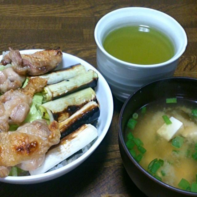 今日は、簡単焼き鳥丼。 家族は照り焼き丼ですが、みんなバラバラに食べるので写真なしf(^_^; - 20件のもぐもぐ - 焼き鳥丼&豆腐とワカメの味噌汁 by sakachinmama