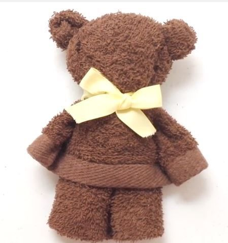 Towel Bear - step by step Videotutorial. Spanish, but very clear instruction. No sew- rubber bands!