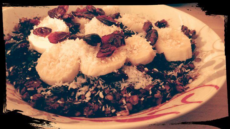 Słodka Gryczana ;)     *1,5 szkl. ugotowanej kaszy gryczanej ( nieprażonej) *łyżka miodu *łyżka kakao *łyżka masła kokosowego *cynamon *wiórki kokosowe *suszone owoce (żurawina) *pół łyżeczki cukru waniliowego  * banan