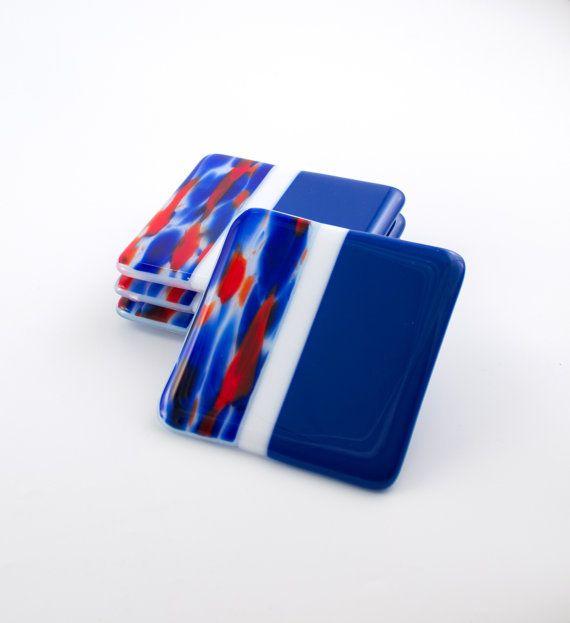 Deze prachtige drankje achtbanen van vet rood, wit en kobalt blauwe gesmolten glas zou een oog springende weergeven op het tafelblad of de bar