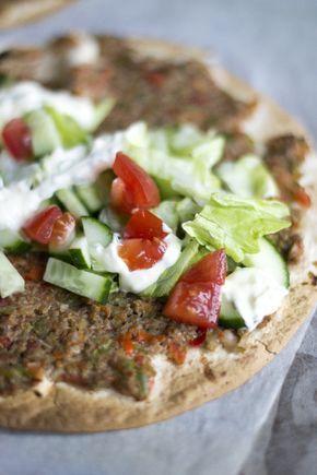 Turkse pizza (4 stuks): 4 wraps - 1 groene paprika - 1 rode paprika - 1 ui - tomatenpuree - 3 teentjes knoflook - 150 g rundergehakt - verse peterselie - 1 rode peper - peper en zout - 2 tomaten - 1/2 komkommer - ijsbergsla - knoflooksaus