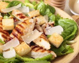Salade caesar au poulet et au parmesan
