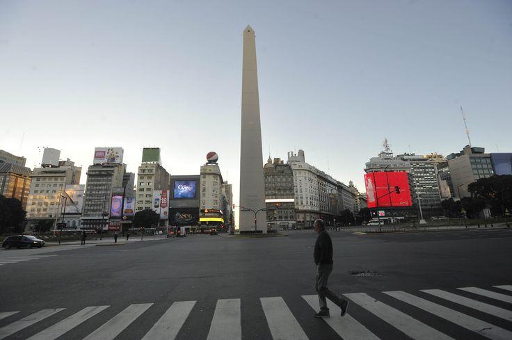 FIN DE SEMANA LARGO. La ciudad se muestra vacía en el feriado nacional por el 20 de junio, que conmemora el Día de la bandera. (TÉLAM)