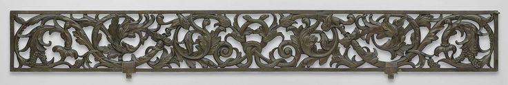 Hemony | Bailey railing, Hemony, 1656 - 1657 | Bronzen balie; langgestrekt, rechthoekig raam, gevuld met opengewerkte versiering bestaande uit in het midden twee met elkaar verknoopte slangen, aan weerszijden bladranken met vruchtentrossen. Aan één lange zijde twee uitsteeksels voor een scharnierpin, aan de beide korte zijden één ring, aan voor- en achterzijde zijn ook verschillende ringen geplaatst. Afkomstig van de wisselbank.