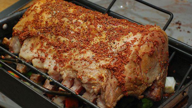 Ecco la ricetta per preparare un ottimo carrè di maiale al forno con patate perfetto da servire a Natale