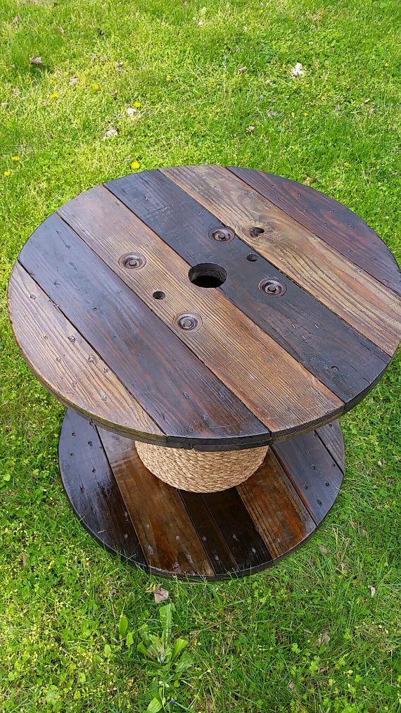 Tabla del carrete de alambre madera! La tabla se tiñe, recubierto con poliuretano, y la base se envuelve con la cuerda. La tabla es 2 pies de alto x 2,5 pies de ancho. Gran pieza para una mesa de interior o al aire libre