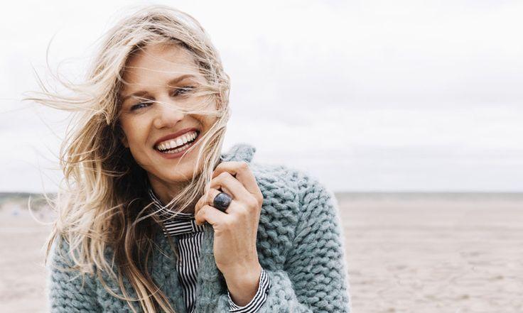Fijn, dat grijze najaarsweer, dan mogen de vesten weer uit de kast. Om lekker in uit te waaien op het strand. Zo maak je een vest van superdikke wol.