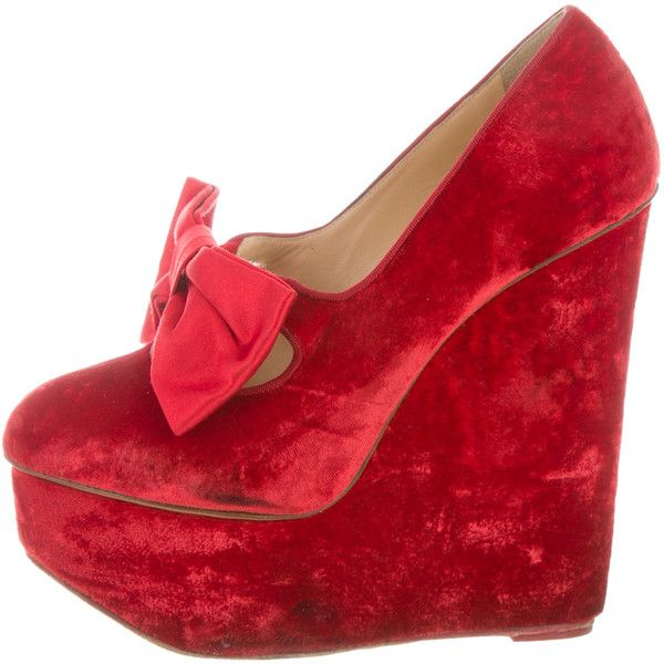Pre-owned Charlotte Olympia Bow-Embellished Velvet Wedges (13,295 INR) ❤ liked on Polyvore featuring shoes, red, red wedge heel shoes, wedge shoes, charlotte olympia shoes, wedge heeled shoes and red bow shoes