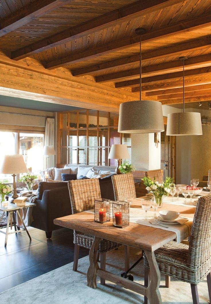 el comedor : mesa de Becara y sillas de ratán de la misma firma. La alfombra de lana y viscosa, que da calidez al suelo, es de Francisco Cumellas.