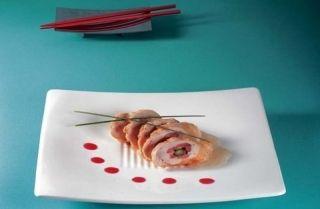 Enrollado de pollo con salchicha china y espárragos